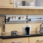 Хранение баночек со специями на подвесной системе кухни