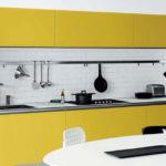 Желтые фасады кухни без ручек
