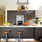 Подвесной рейлинг на потолке кухни