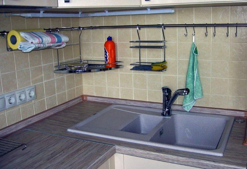 Средство для мытья посуды на удобной подвесной полочке
