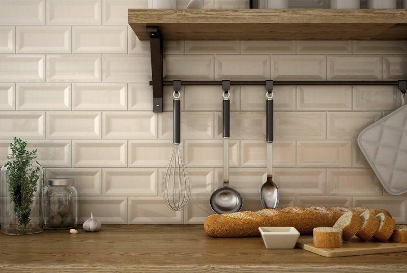 Рельефная плитка на поверхности кухонного фартука
