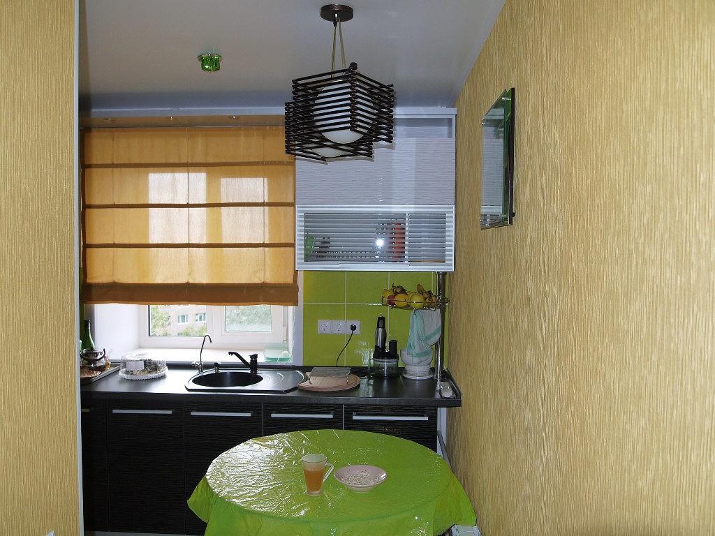 Римская штора на окне небольшой кухни