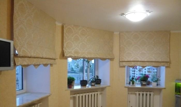 Римские шторы на кухонных окнах.