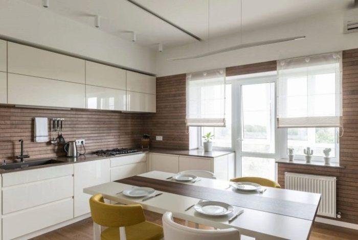 Римские шторы в белой кухне.