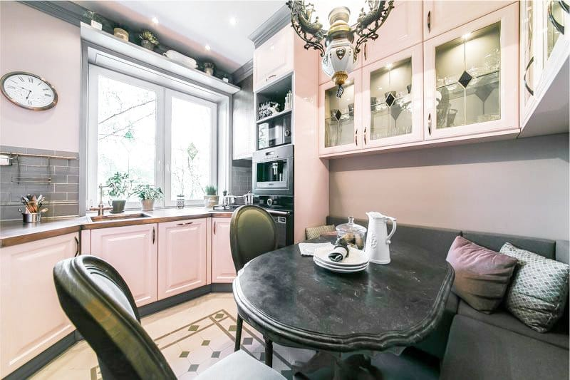 Розовый цвет в интерьере классической кухни