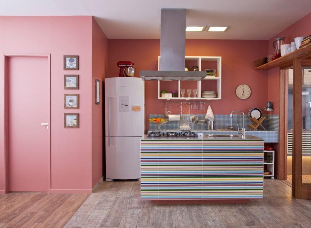 Розовые стены в интерьере современной кухни