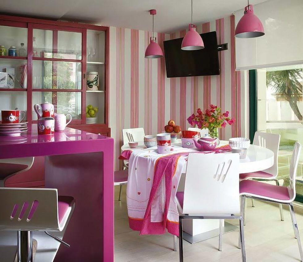 Розовые полоски на обоях в кухне частного дома