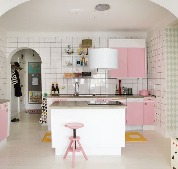 Рабочая зона кухни с розовой мебелью