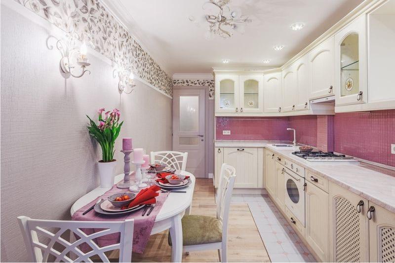 Розовый фартук в узкой кухне стиля прованс