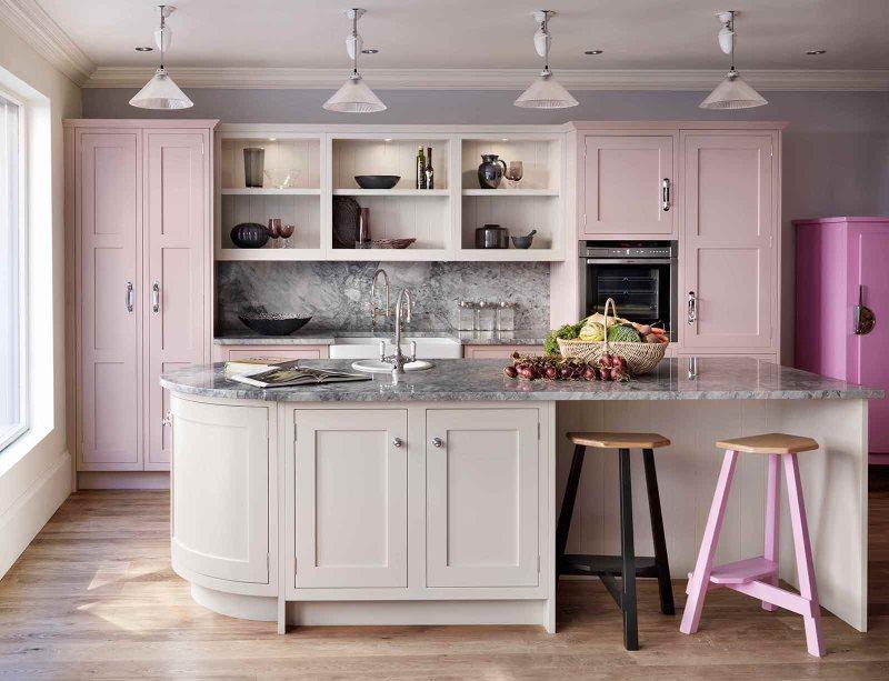 Интерьер современной кухни в розовых тонах