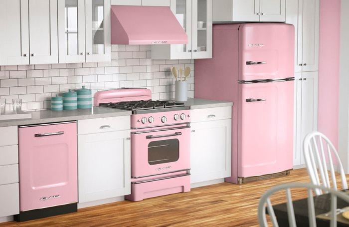 Линейная кухня с розовым холодильником