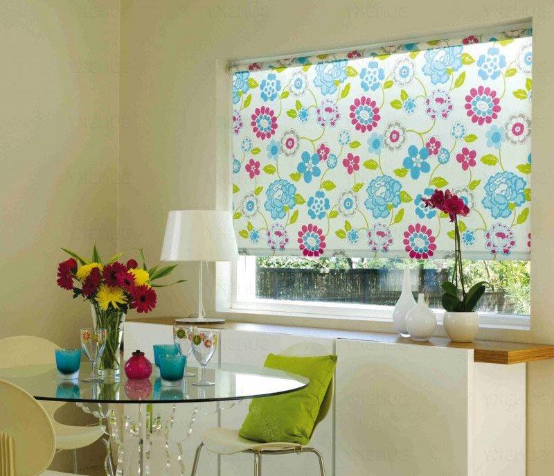 Цветочки на полотне рулонной шторы