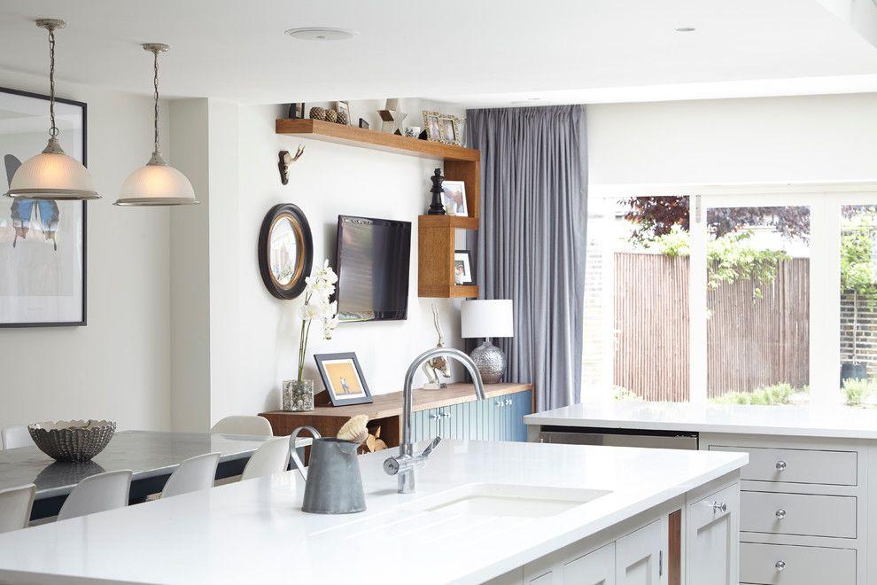 Серая занавеска в кухне с белыми стенами
