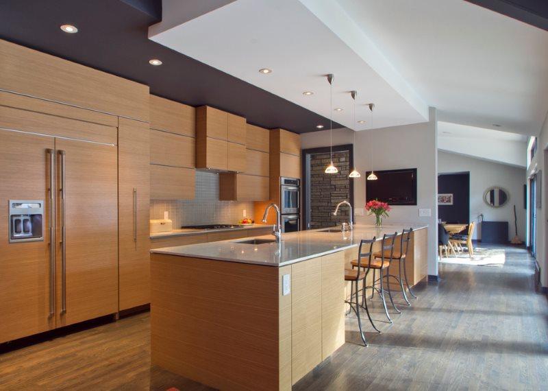 Современная кухня с серо-белым потолком из гипсокартона