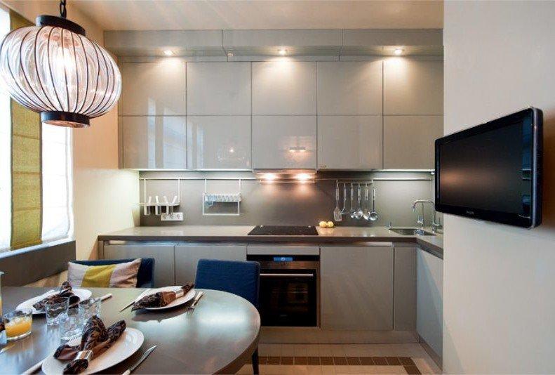 Обеденная зона в кухне с серым гарнитуром