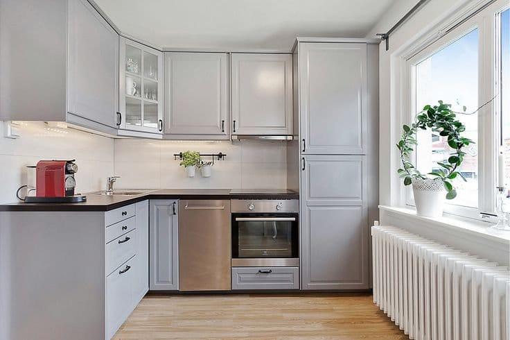 Светлый фартук в кухне с серым гарнитуром