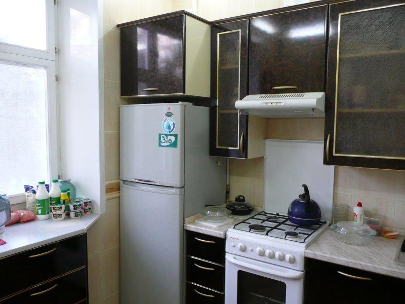 Черный гарнитур в кухне с холодильником