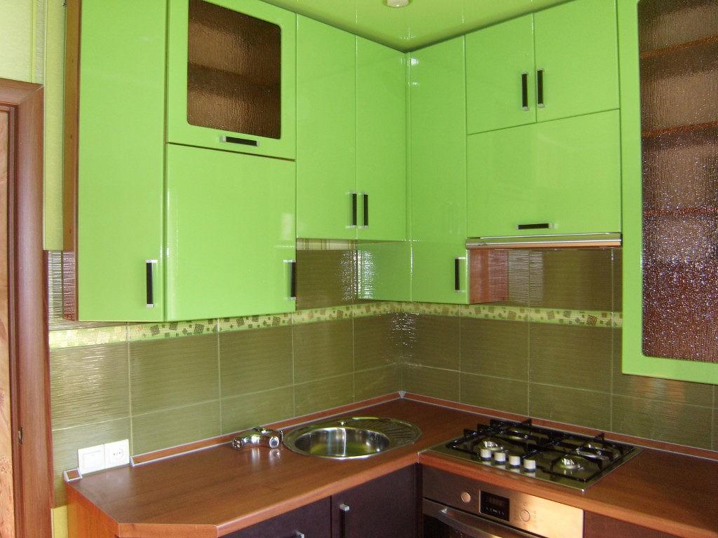 Зеленые фасады кухонных шкафов до потолка