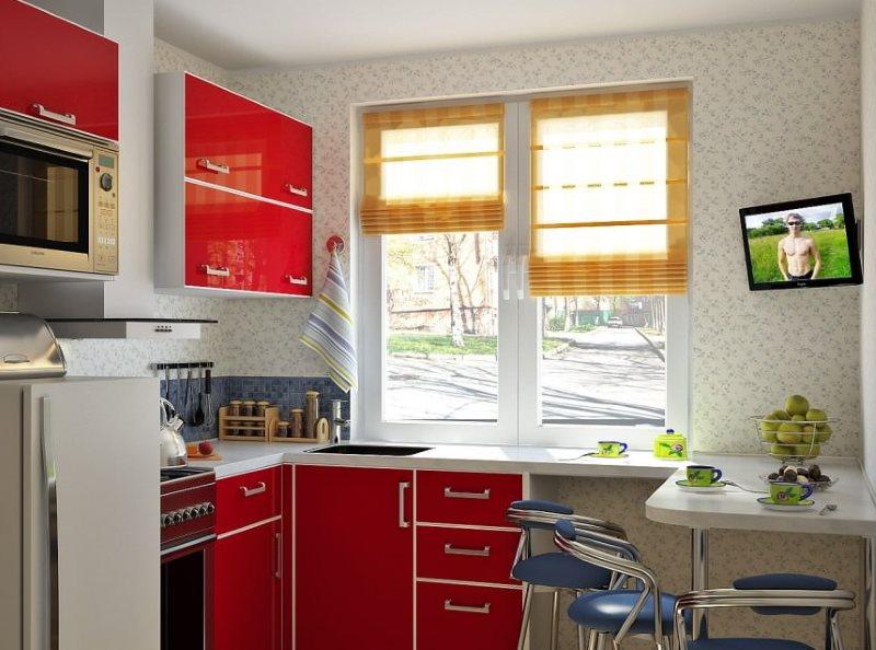 Дизайн маленькой кухни с римскими шторами на окне