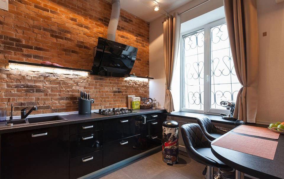 Светло-коричневые шторы на круглом карнизе в кухне