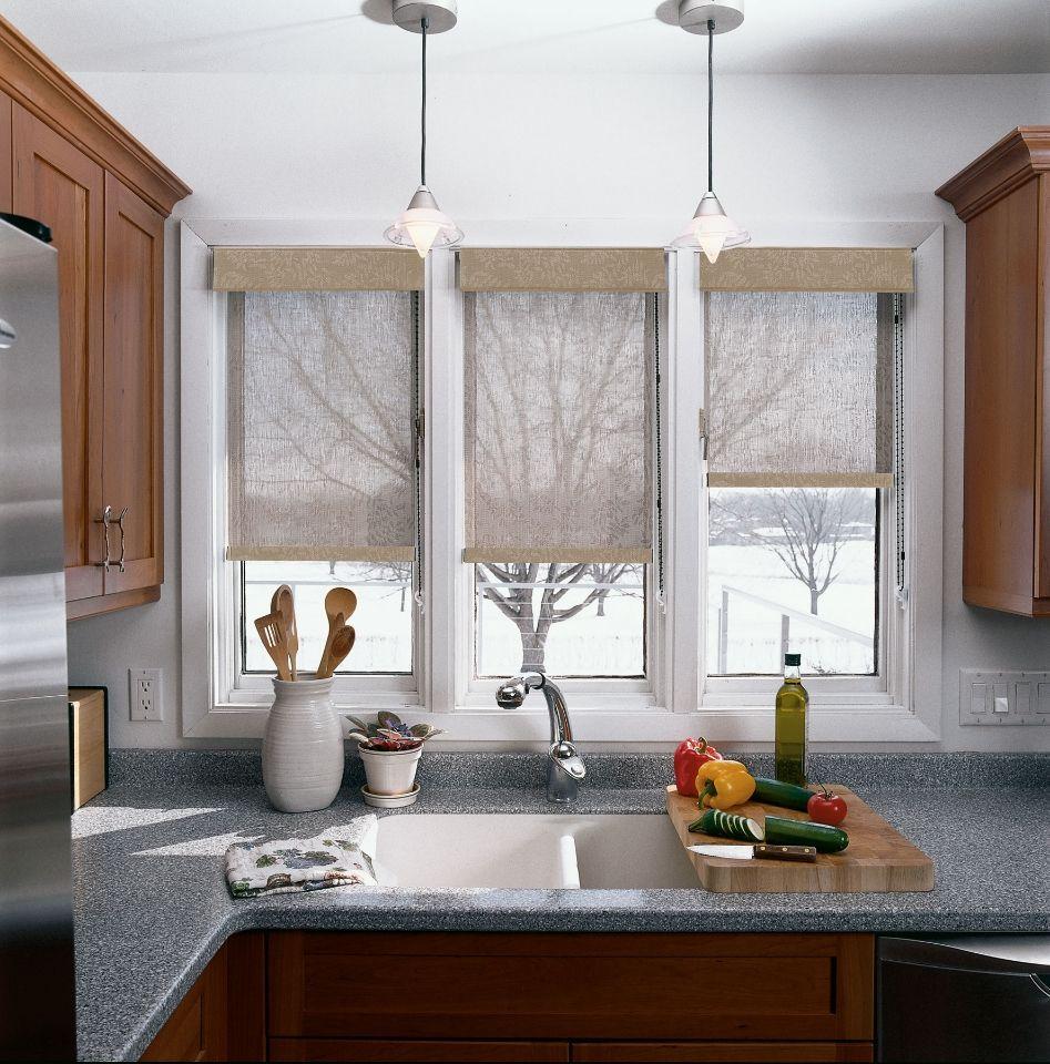 Рулонные шторы на окне кухни с мойкой вместо подоконника