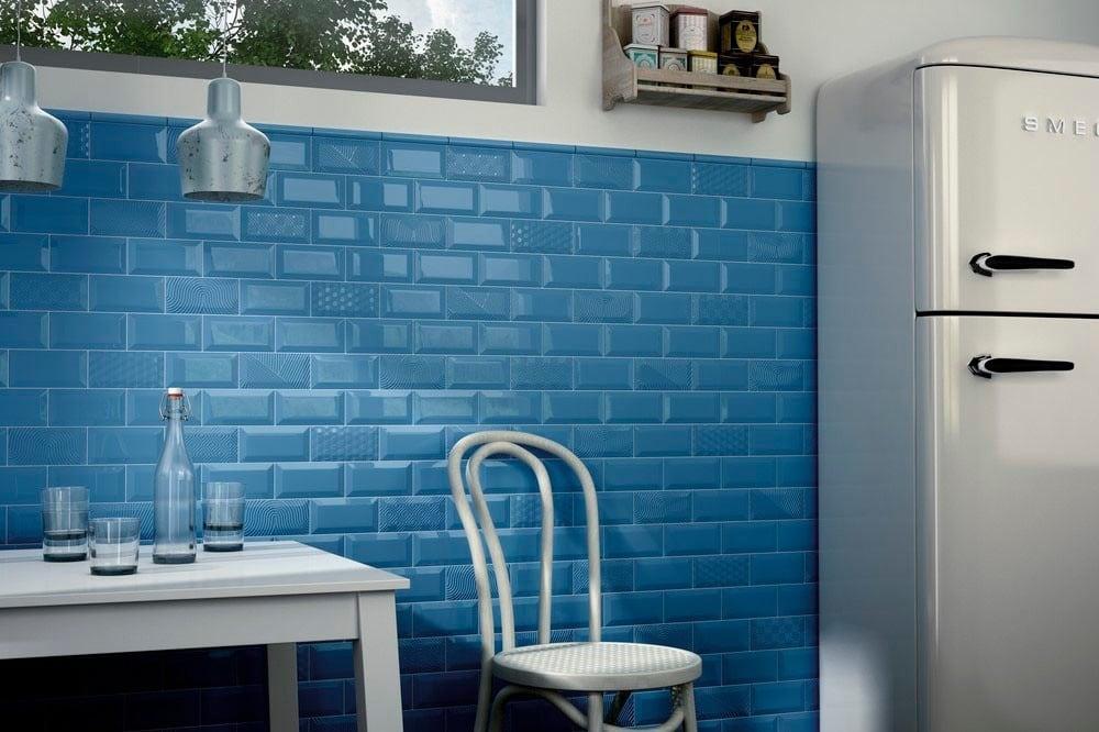 Синяя стена кухни с покрытием из керамической плитки