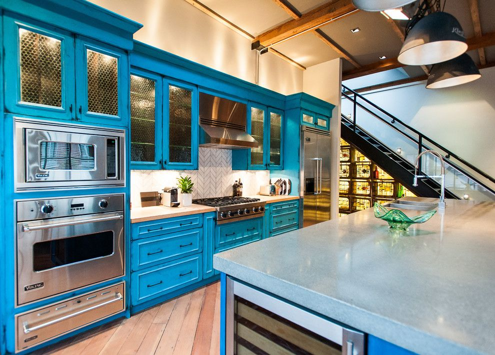 Линейный гарнитур синего цвета в кухне-гостиной частного дома