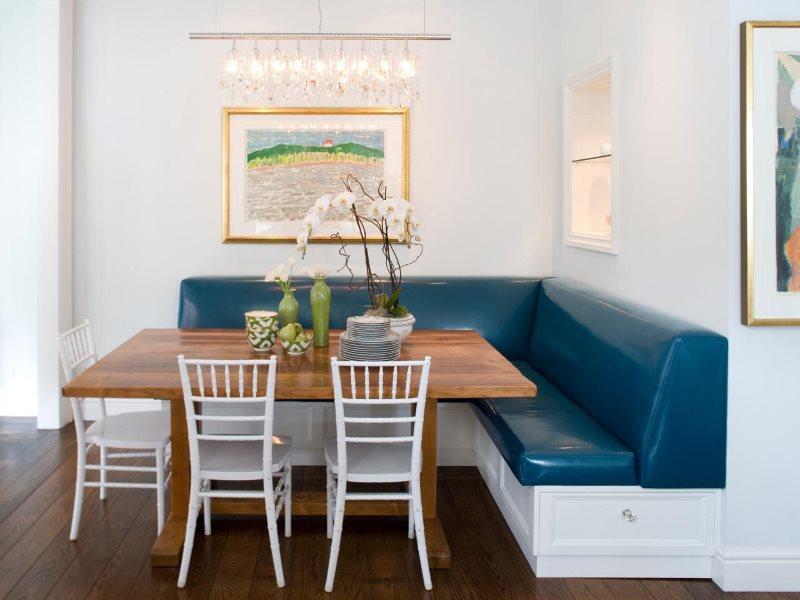 Синяя кожаная обивка на мягкой мебели в кухне