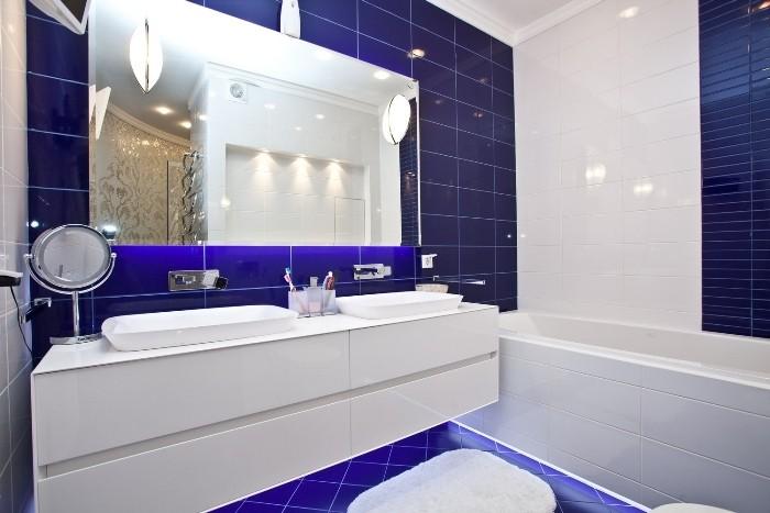 Глянцевая синяя ванная.