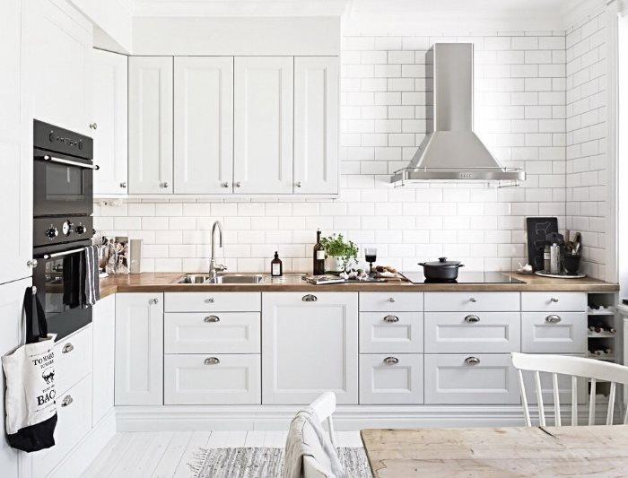 Интерьер светлой кухни из дерева с скандинавском стиле