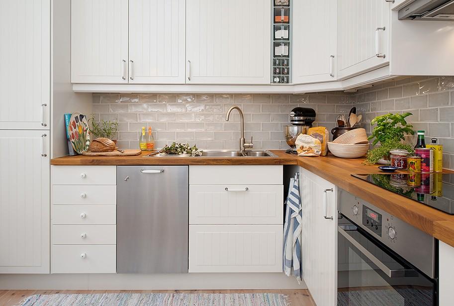 Угловая кухня с фартуком из кафельной плитки