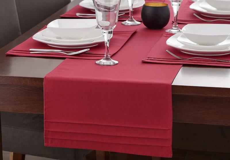 Дорожка-раннер бардового цвета на кухонном столе