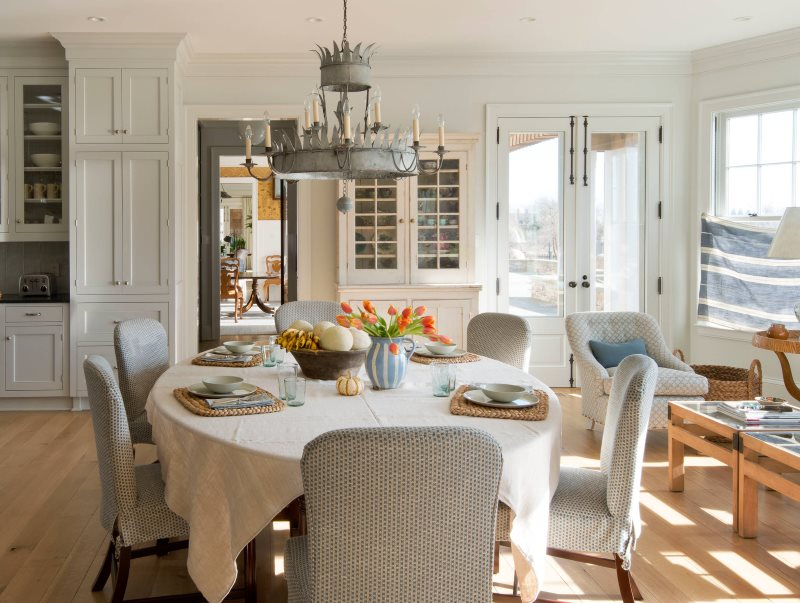 Интерьер классической кухни с белой скатертью на столе