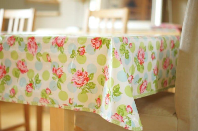 Кухонный стол с клеенчатой скатертью