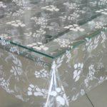 Прозрачная скатерть-клеенка на стеклянной столешнице