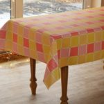 Разноцветные квадратики на клеенчатой скатерти