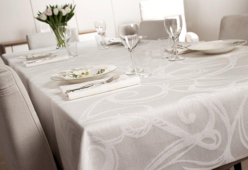 Оформление кухонного стола скатертью из натурального льна