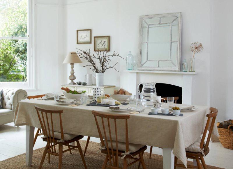 Большой кухонный стол с однотонной скатертью