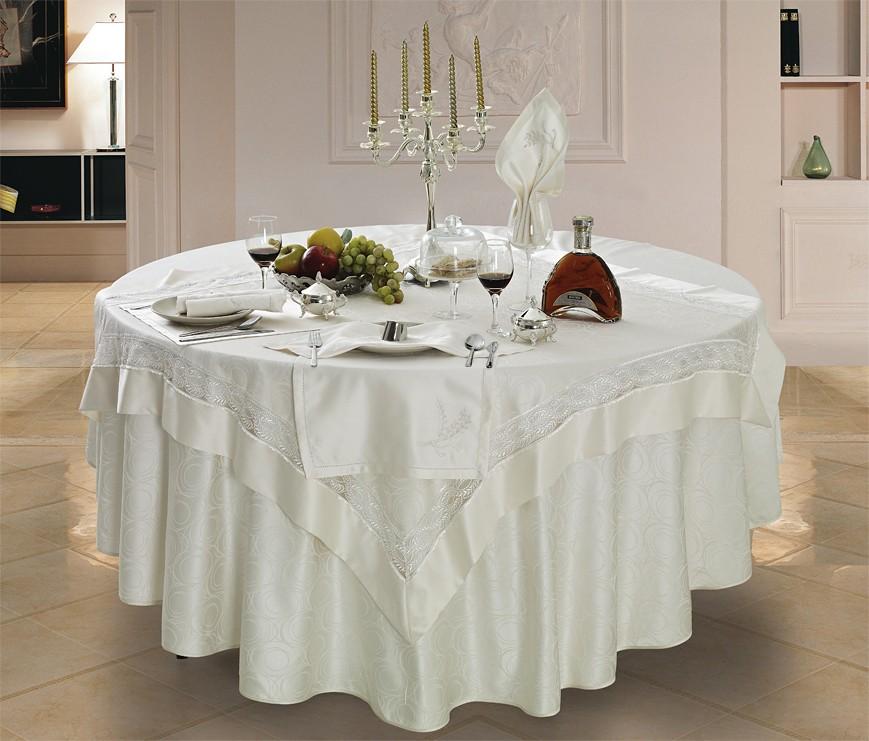 Оформление кухонного стола праздничной скатертью белого цвета