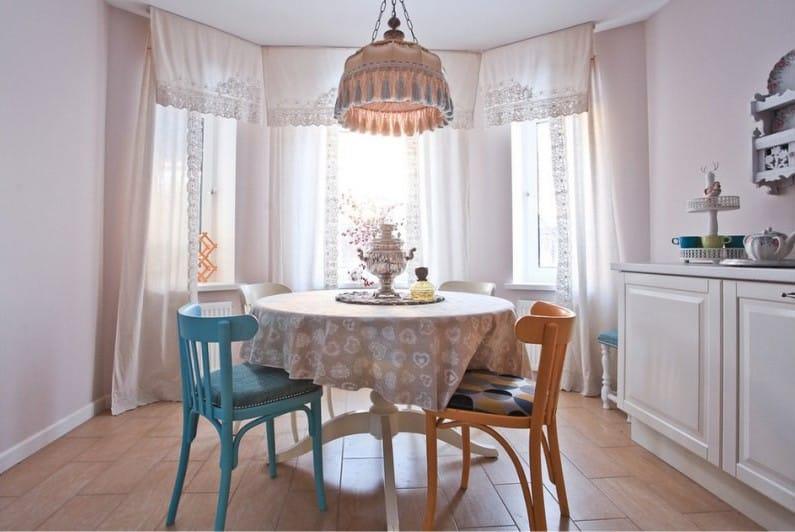 Бежевая скатерть с рисунком на столе кухни с эркером