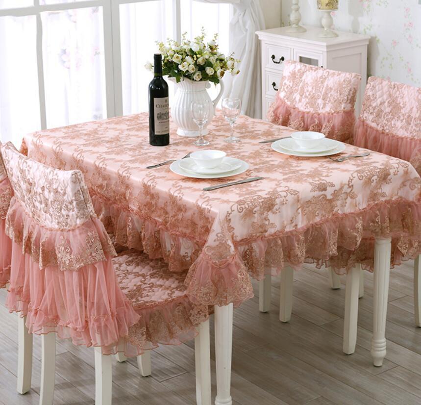 Розовая скатерть из шелка на кухонном столе