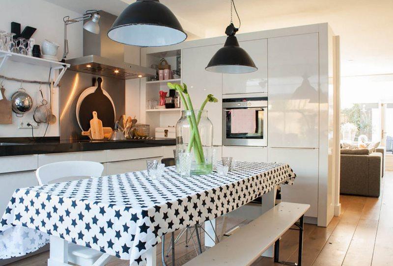Черные звездочки на белом фоне кухонной скатерти