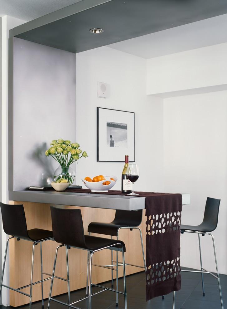 Узкая однотонная скатерть в кухне стиля минимализма