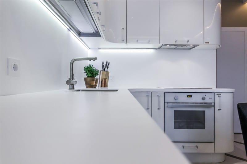 Светодиодная подсветка фартука в кухне стиля хай-тек
