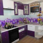Стеклянный фартук в кухне с фиолетовыми фасадами