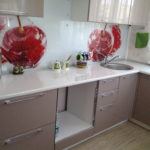 Яркие яблоки на кухонном фартуке