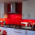 Красные скинали в современной кухне
