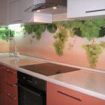 Гроздья винограда на скинали в кухне