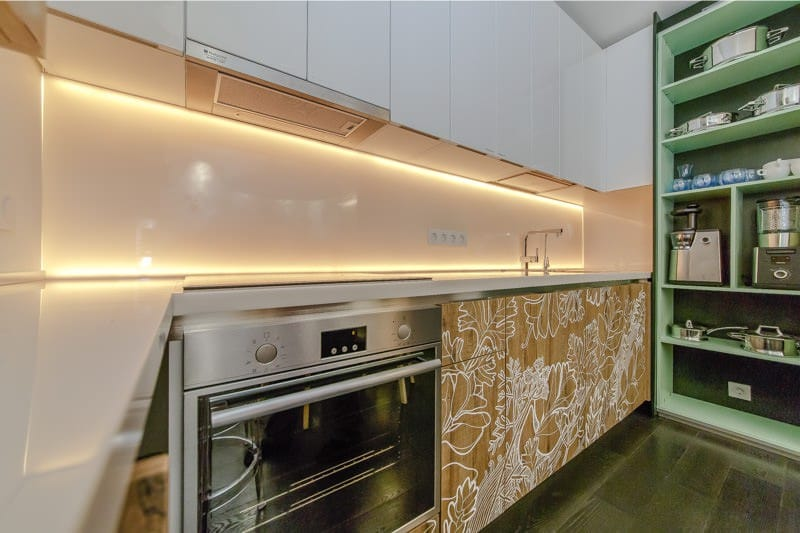 Скинали с подсветкой на кухонном фартуке