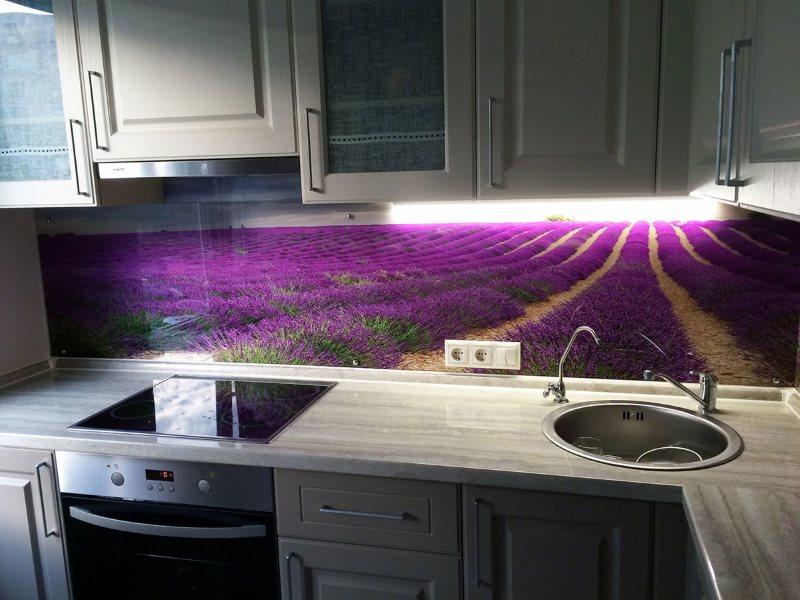 Оформление кухонного фартука с помощью стеклянных панелей